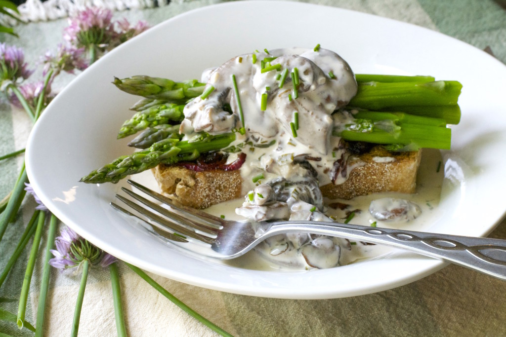 Asparagus Toast with Mushroom Gravy 1